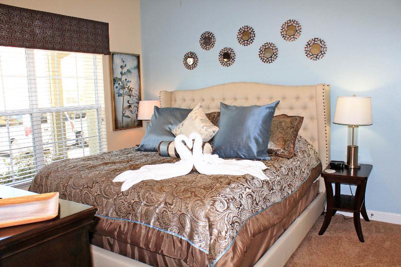De mainfloor master heeft een extra comfortabel kingsize bed, grote TV / kabel, en een bad / douche.