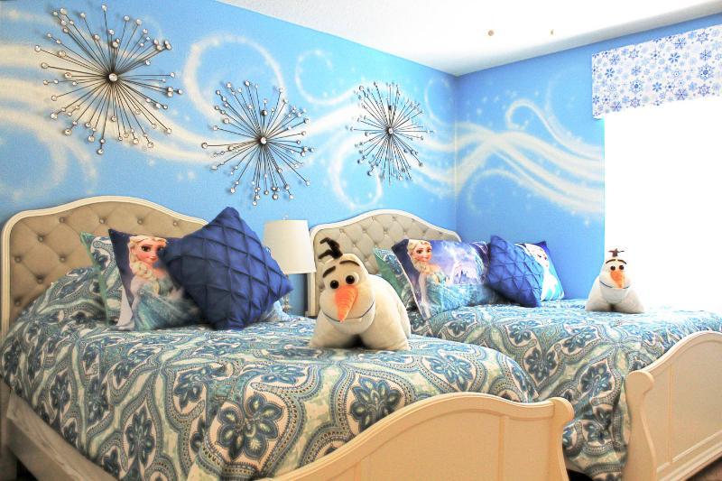 Deze Double / Twin bed kamer is een Frozen toevluchtsoord, maar het verplaatsen van een paar kussens, het is geweldig voor volwassenen, ook!