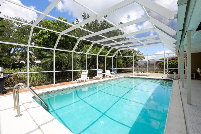 Heated Pool 2 Bed 3 Bath near Siesta Key, holiday rental in Sarasota