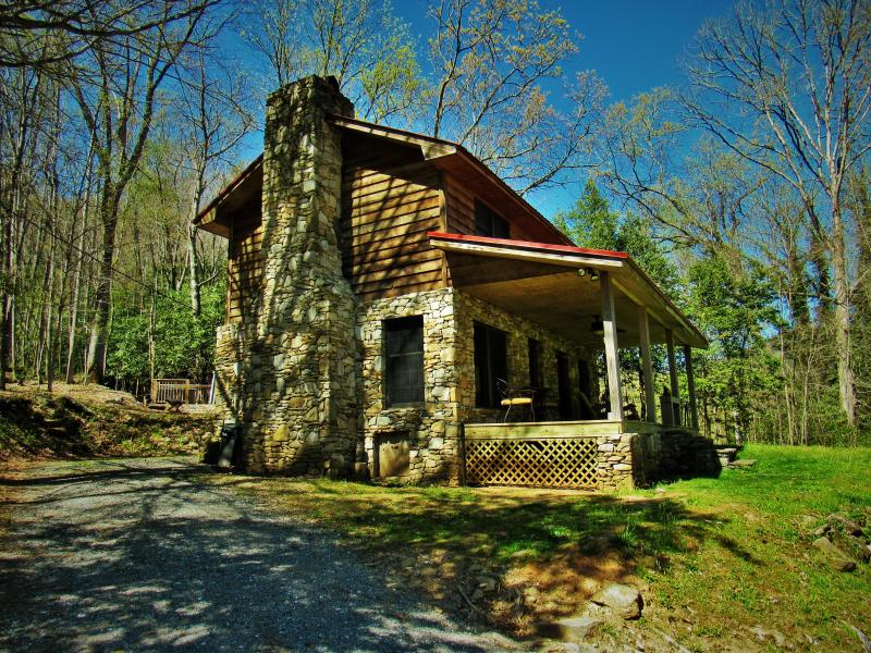 Sweet Serenity-25 Acres -Soothing Creek, Sparkling Hot Tub, WB Fireplace, WiFi!, holiday rental in Bryson City
