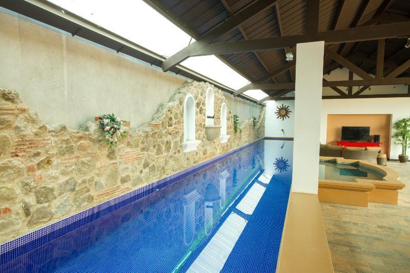 Y el gimnasio viene con esta hermosa piscina de entrenamiento también!