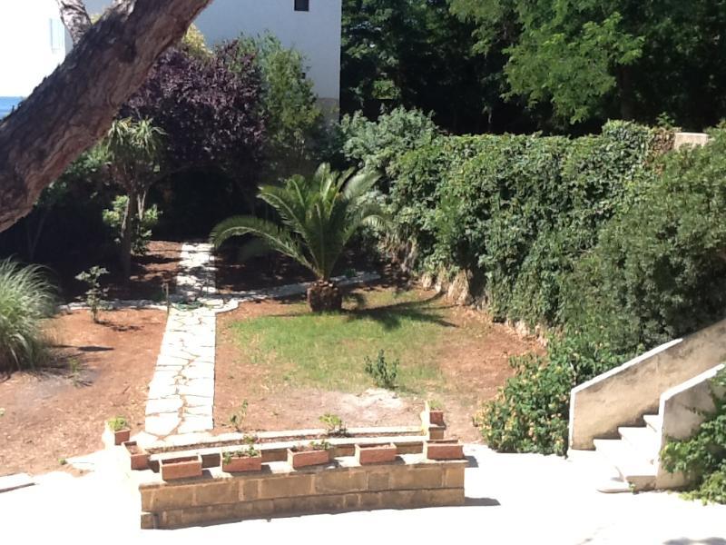 giardino su cui affaccia l'appartamento