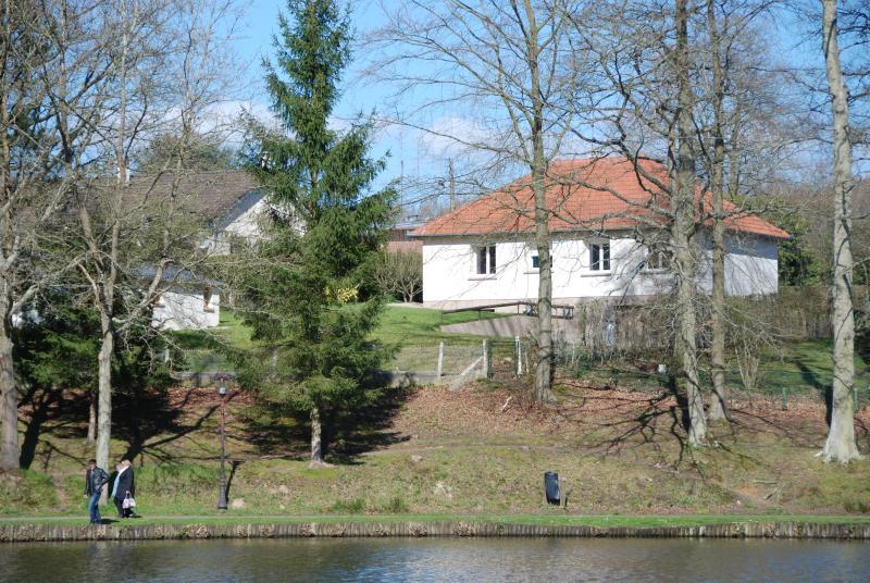 La maison côté lac : vue, jardin, terrasse et accès direct sur le lac