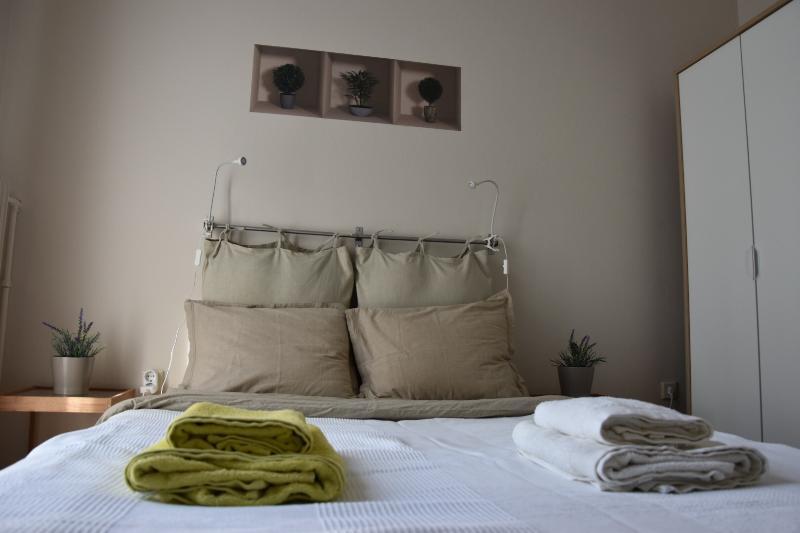 Bright  flat next to sea & center !, holiday rental in Paleo Faliro