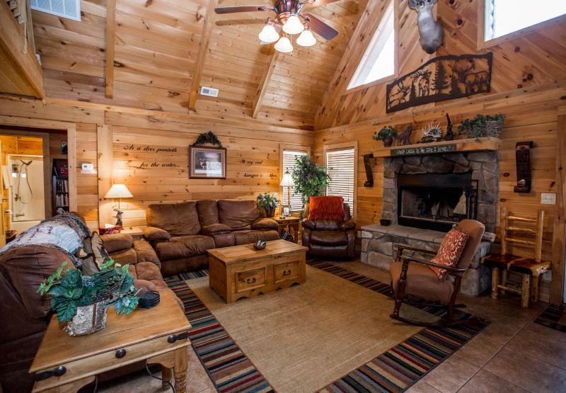 Spectacular 3 BR w/Loft Game Room/ Pvt Hot Tub. Near Legends of Golf Tournament, holiday rental in Branson