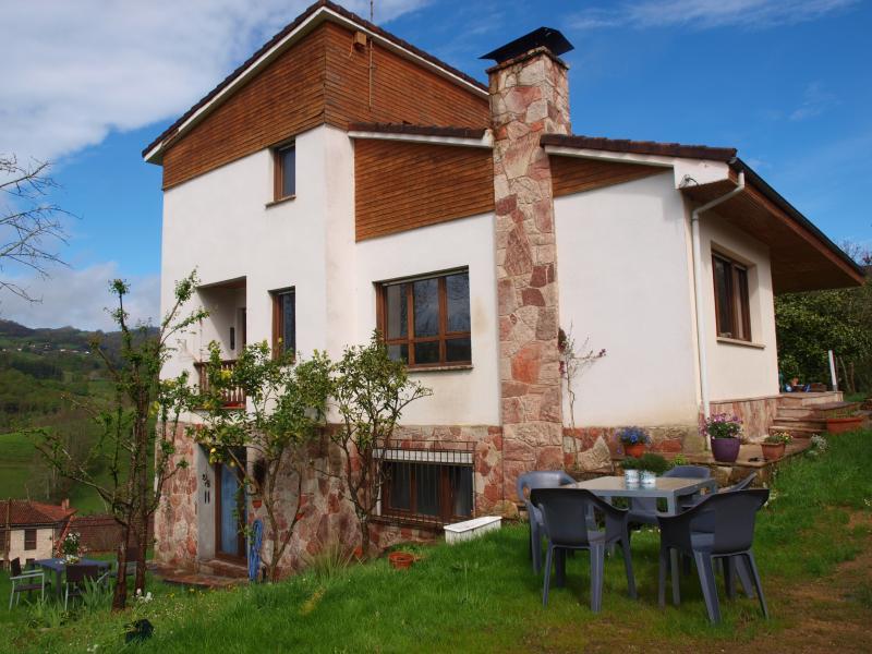 La casa está en una parcela de jardínes y terrazas .
