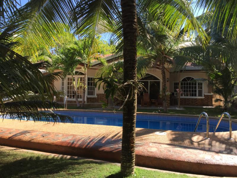Dauis, Panglao Island, Bohol Vacation House/Swimmin Pool, vacation rental in Panglao Island