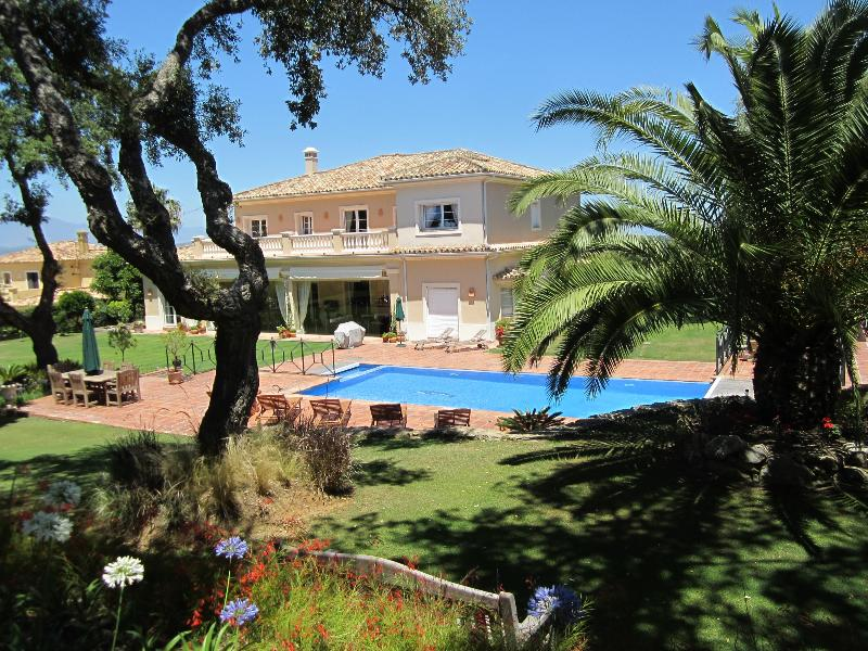 San Roque Club 5* golf-front villa by Sotogrande. 2-tier pool. Fibre Optic/Wifi, casa vacanza a Castellar de la Frontera