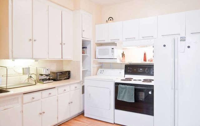 la grande cuisine; fonctionnelle avec beaucoup d'espace de rangement