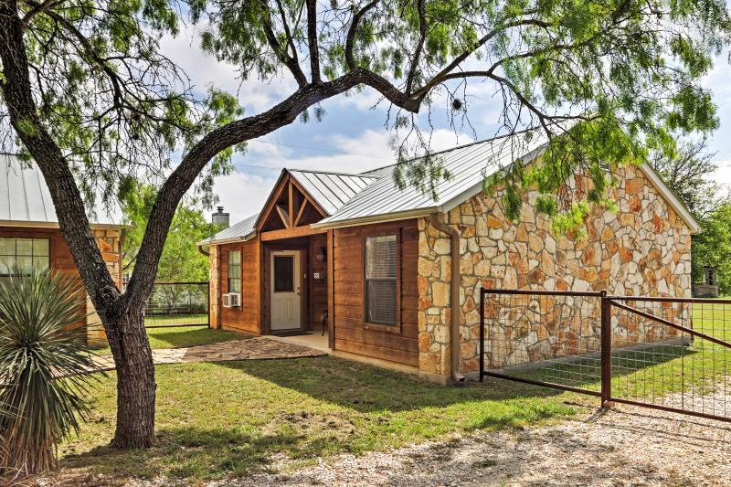 Cozy Lakehills Cabin w/Deck - Near Medina Lake!, location de vacances à Bandera County