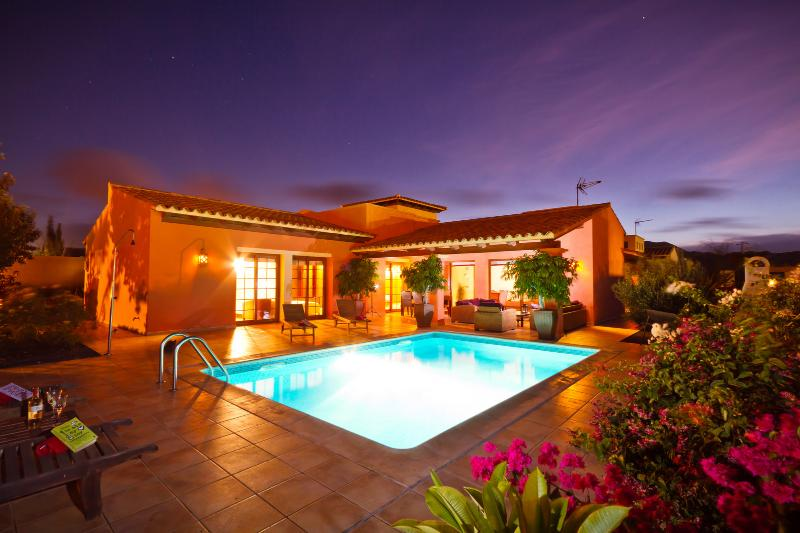4 Bedroom Villa, Heated Swimming Pool, Gym & WIFI, aluguéis de temporada em La Oliva