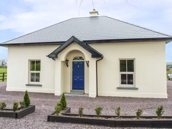 THE LODGE, detached, countryside location, WiFi, ground floor bedroom near, vacation rental in Dugort