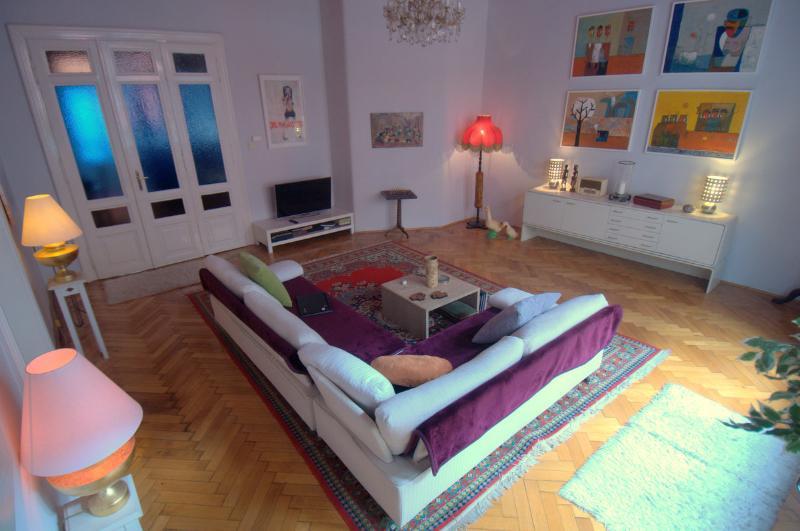 Beautiful Period Spacious Apartment, alquiler vacacional en The Republic of Zubrowka
