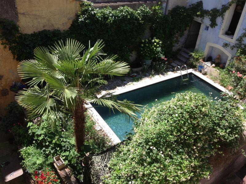 vue sur la piscine depuis la salle de bain du second