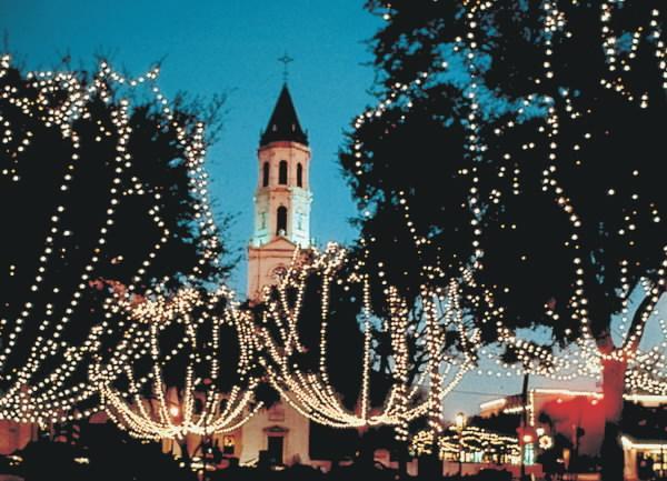 Dans la vieille ville -Nuit des lumières pour les vacances.