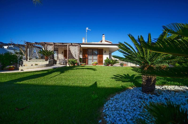 Villa San Flaviano - house with veranda, garden with lawn and jacuzzi minipool, alquiler de vacaciones en Conversano