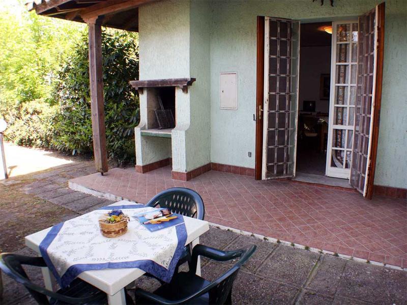 Villetta al piano terra con doppio giardino a mt 150 dal mare e dai negozi, holiday rental in Lido delle Nazioni