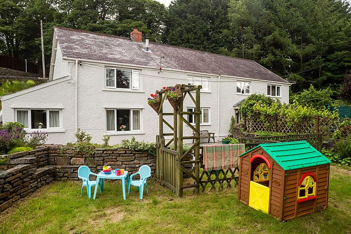 No 2 Tan Yr Eglwys, a holiday cottage, easy access to all S Wales, from M4 & M50, holiday rental in Cwm-twrch Uchaf