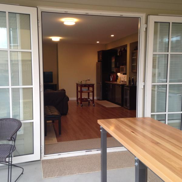 Viewing the wet bar from the outside living space eating bar.