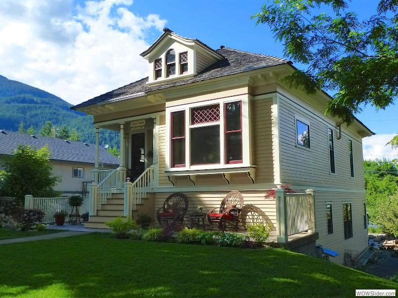 Street view of Kaslo House with entrance to the suite and guest patio.
