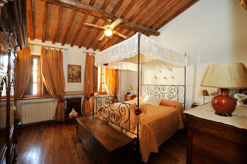 2 bedroom apartment for rent in Lucca, steps from shops and sights, holiday rental in Lucca