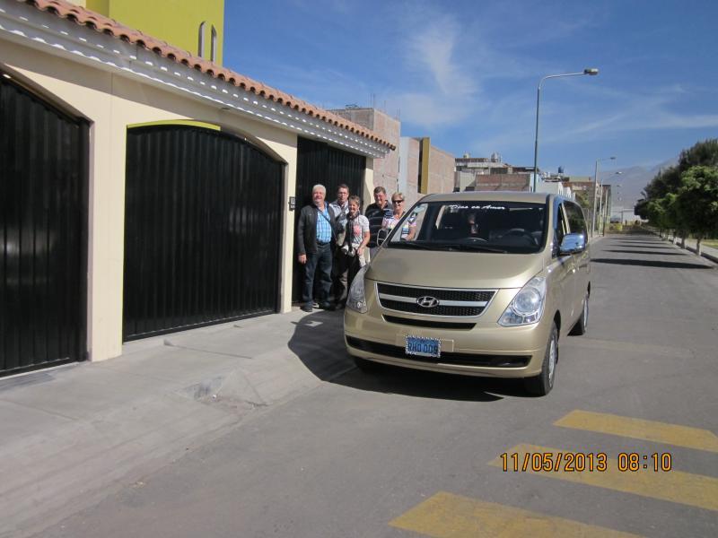Nuestros huéspedes en la puerta de entrada al departamento