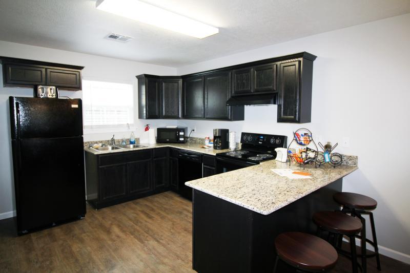 Die Küche ist komplett mit Töpfen und Pfannen, Kleingeräten und Geräten, Gewürzen und Öl bestückt.
