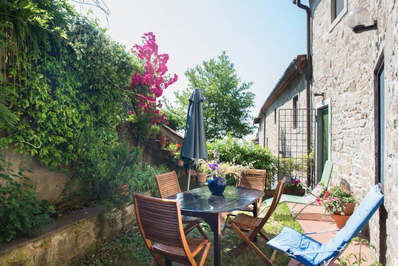 Casa in pietra in antico borgo tra i boschi, holiday rental in Pontepetri