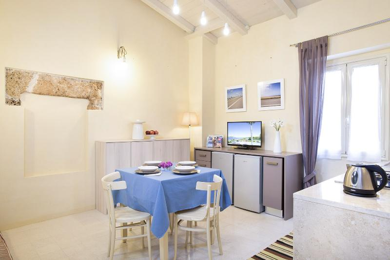 Iolanda Apartment Alghero, 20m from seaside promenade IUN P0164, holiday rental in Alghero