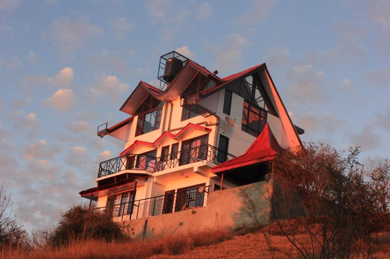 Luxury Cottage on a Mountain Top !!, holiday rental in Shimla