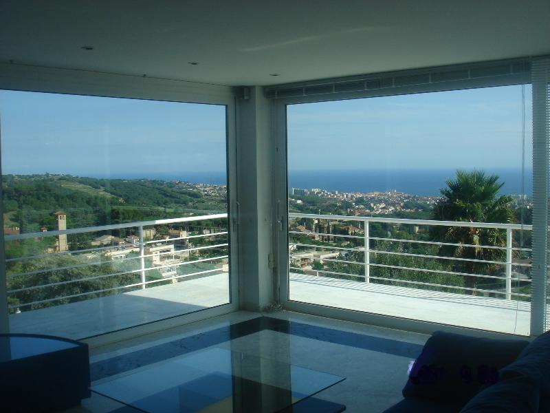 Mirador: spectacular seaview villa 15 km north of Barcelona near golf, holiday rental in Llica d'Amunt