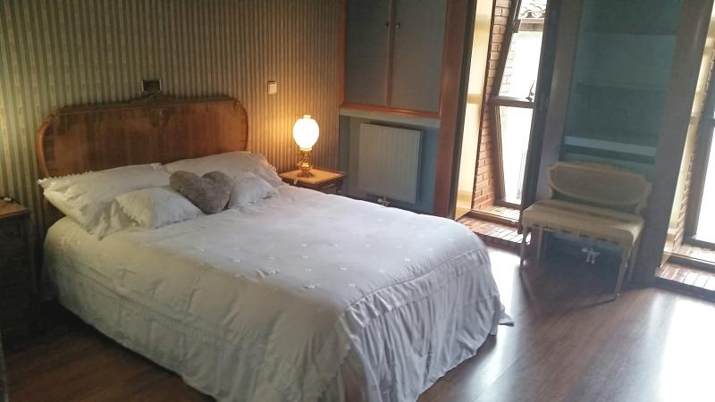 Habitación cama doble y baño.