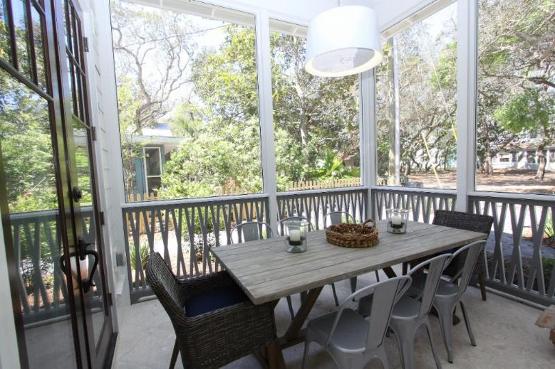 Outdoor Dining on Screened Porch