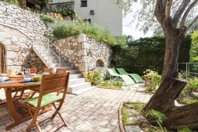 Grand appartement 4 pièces 115 m² dans villa pour 8 pers. Menton Côte d'Azur, vacation rental in Menton