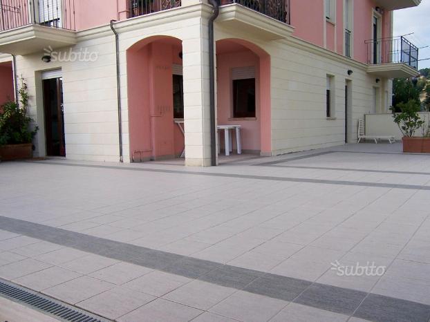 Corte esterna di 150mq con divano e tavolo per 6 persone