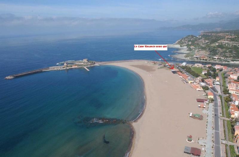 spiaggia di Bosa Marina con indicazione ubicazione appartamento.