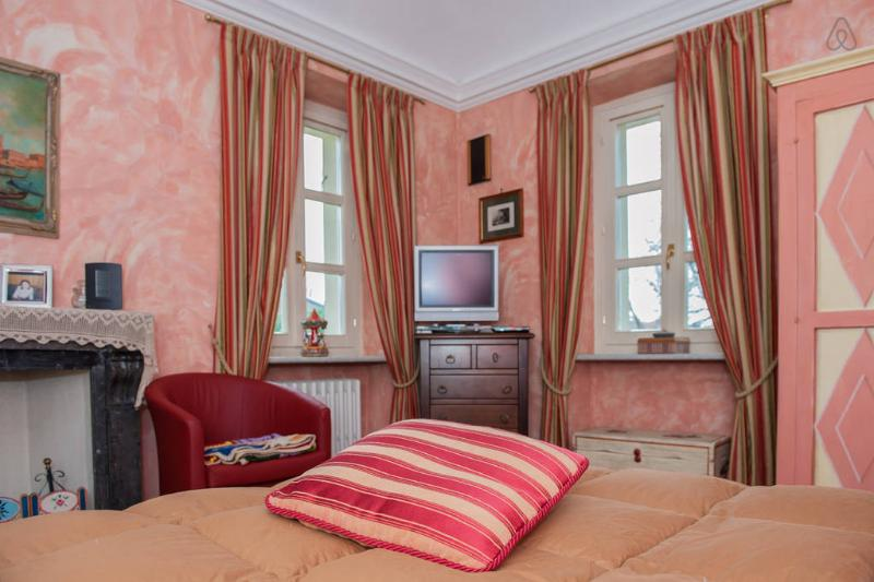 Red Room in Bed & Breakfast Villa Mirano Piossasco (Turin) Italy, casa vacanza a Rosta
