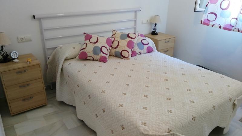 Dormitorio con cama de matrimonio, armario empotrado y cama supletoria adicional