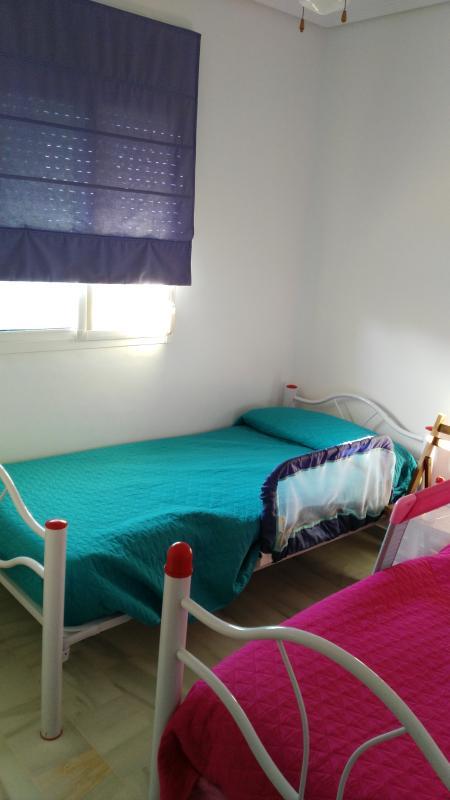 Dormitorio con dos camas, con posibilidad de hacerlas literas y armario empotrado