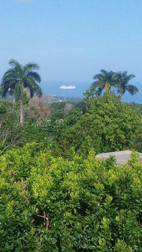 Um navio de cruzeiro prestes a atracar em Ocho Rios