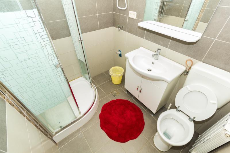 A4(4+2): bathroom with toilet