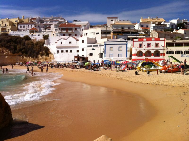 Studio Praia Carvoeiro is 70 meters at your right from the beach and central square from Carvoeiro