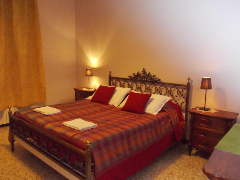 King's Bed Sleep 2 Adults+1 Cot-Shared Bathroom w/ 1 Room. Calendar price/rate shown are per rooms.