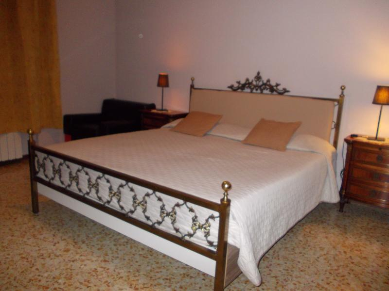 King's Bed Sleep 2 Adults+1Cot -Shared Bathroom with 1 Room.Calendar price/rate shown are per rooms.