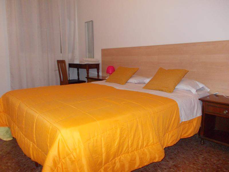 Queen's Bed Sleep 2 Adults+cot-Shared Bathroom with 1 Room. Calendar price rate shown are per rooms.