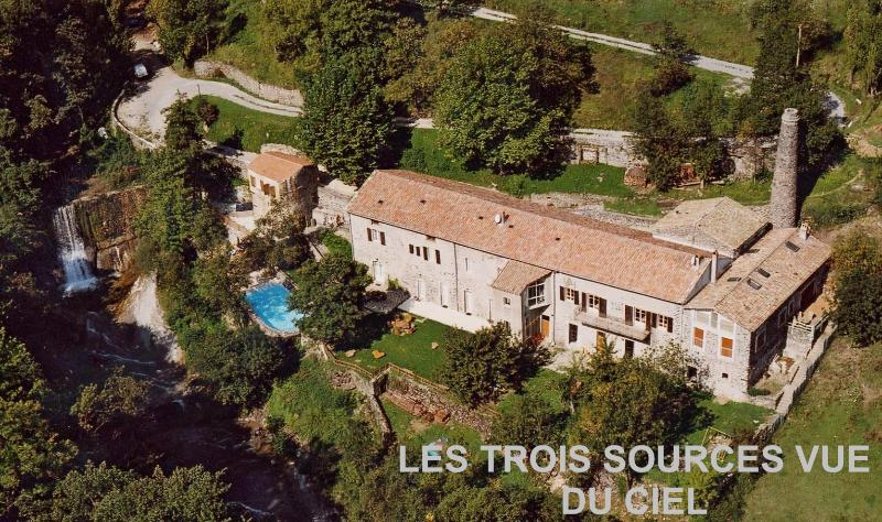Maison dans nature luxuriante, bord riviere, vacation rental in Saint-Lager-Bressac