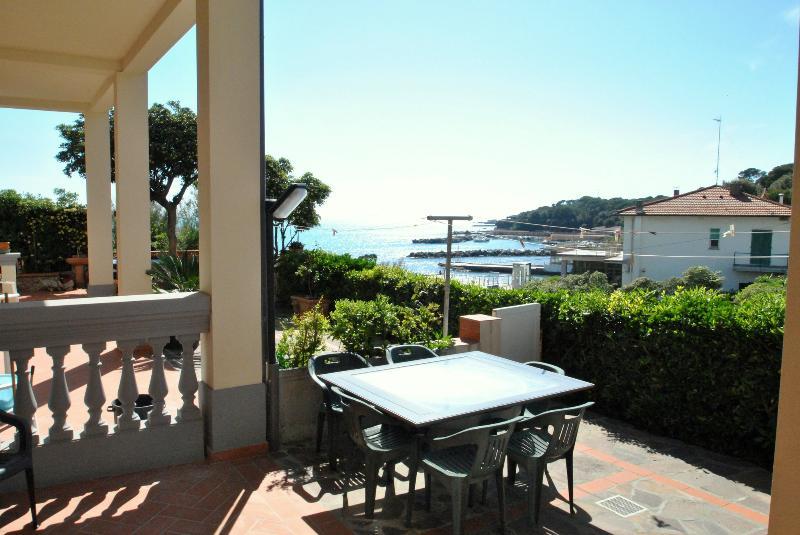 corte esterna in cui pranzare godendosi la vista sul mare di Castiglioncello