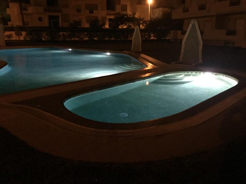 Die Schwimmbecken sind nachts beleuchtet