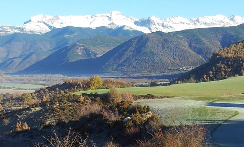 PIRINEES ARAGON - MODERN APARTMENT - SKI & GOLF AND NATURE - VALLE DE TENA !!, vacation rental in Espuendolas