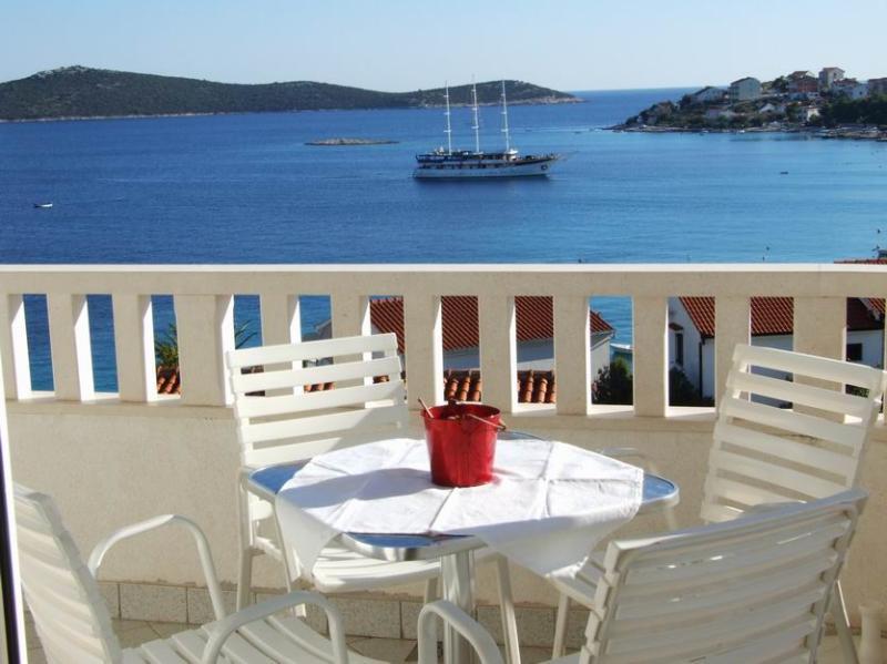 App with POOL  A4 (4+0), CROATIA,  SEVID, Trogir, vacation rental in Sevid